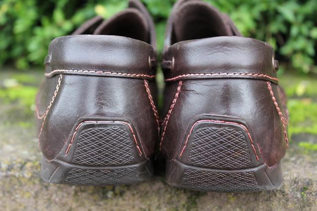 靴のカカトは絶対に踏んではいけない!靴ベラを携帯しよう!